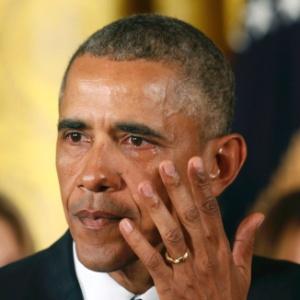 O presidente dos Estados Unidos, Barack Obama, enxuga lágrima durante discurso na Casa Branca, em Washington, em que apresentou as medidas para conter a violência por armas de fogo no país