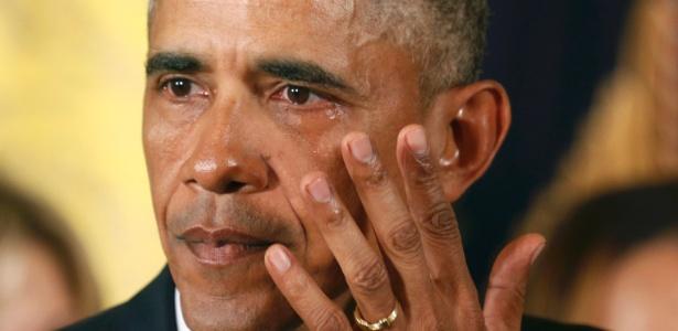 5.jan.2016 - Barack Obama enxuga lágrima durante discurso na Casa Branca em que apresentou medidas para conter a violência por armas de fogo no país