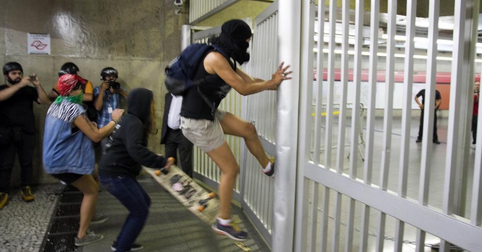 26.jan.2016 - Protesto pacífico contra aumento das tarifas do transporte público em São Paulo teve leve confusão após o fim. Policiais e seguranças tentaram barrar entrada de populares e manifestantes no metrô Anhangabaú, mas um grupo se revoltou e tentou forçar a entrada