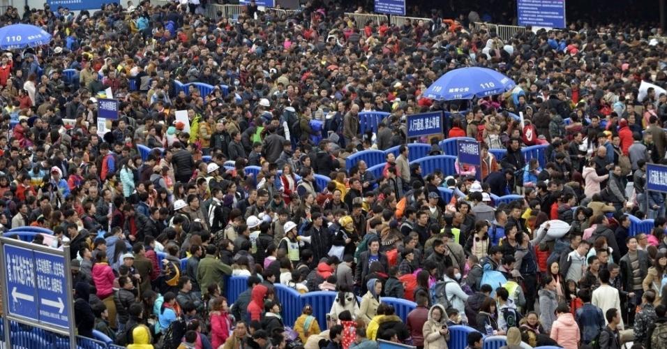 2.fev.2016 - A neve e o frio que afetam grande parte da China colapsaram as estações de trem no Cantão, ao sul do país, causando atrasos dos comboios e filas de mais de 100 mil pessoas, próximo às festividades do Ano Novo Lunar