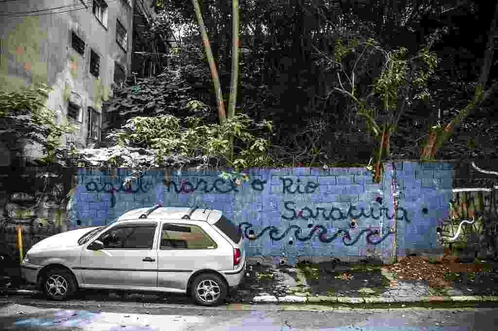 19.fev.2016 - Um terreno situado a apenas três quadras da avenida Paulista abriga a nascente do riacho Saracura Grande, um dos formadores do riacho Anhangabaú, na região central. Situado no início na rua Rocha, o local é conhecido como Grotão do Bexiga. A água da nascente escorre pela calçada - Lucas Lima/UOL