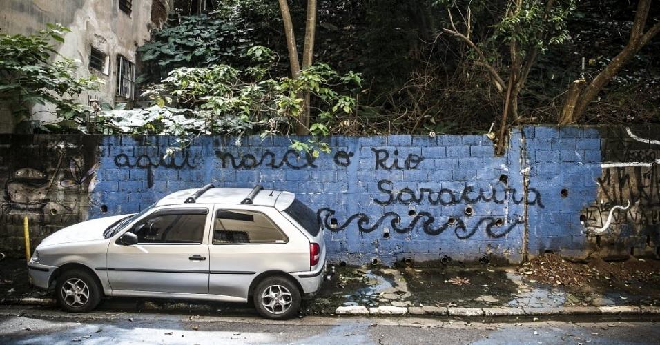 19.fev.2016 - Um terreno situado a apenas três quadras da avenida Paulista abriga a nascente do riacho Saracura Grande, um dos formadores do riacho Anhangabaú, na região central. Situado no início na rua Rocha, o local é conhecido como Grotão do Bexiga. A água da nascente escorre pela calçada