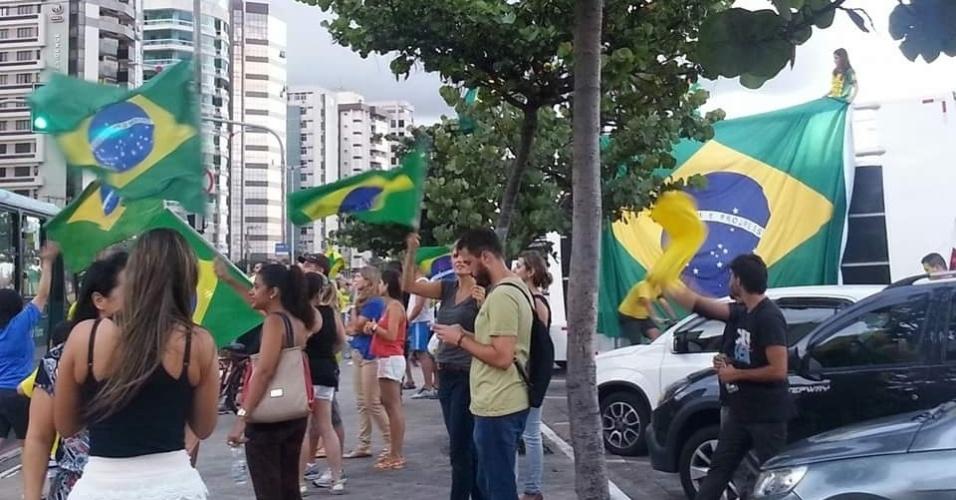 17.mar.2016 - Em Vitória (ES), o protesto contra o governo Dilma Rousseff e o ex-presidente Luiz Inácio Lula da Silva começou neste final da tarde com um trio elétrico tocando a música