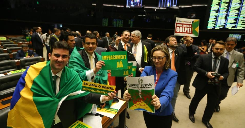 16.abr.2016 - Deputados a favor e contrários ao impeachment se manifestam em sessão que discute o processo contra a presidente Dilma Rousseff (PT)