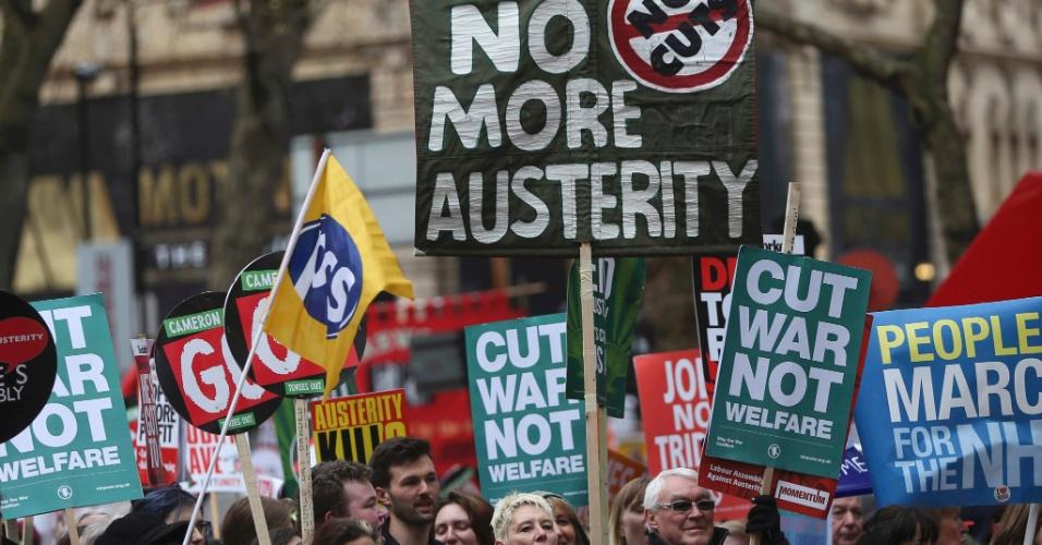 16.abr.2016 - Manifestantes britânicos exibem faixas e cartazes contrários às medidas de austeridade econômica propostas pelo primeiro-ministro do Reino Unido, David Cameron