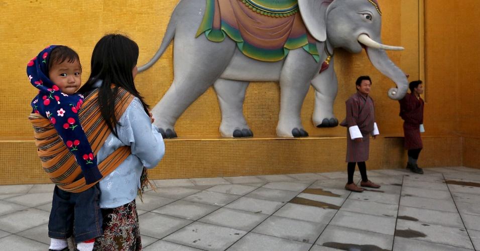16.abr.2016 - Turistas tiram fotos no pé da estátua gigante de Buda em Timfu, capital do Butão