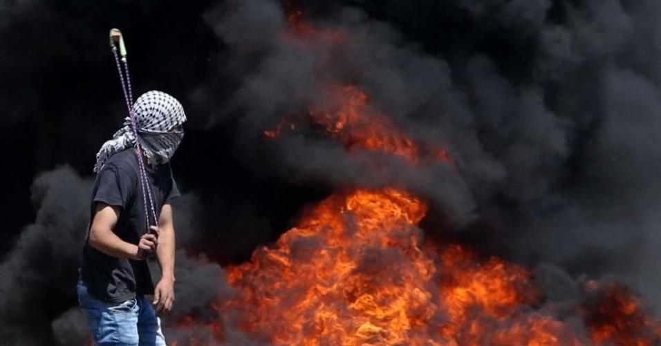29.abr.2016 - Manifestantes palestinos entram em confronto com forças de segurança de Israel, durante um protesto contra a desapropriação de terras palestinas em Nablus, na Cisjordânia