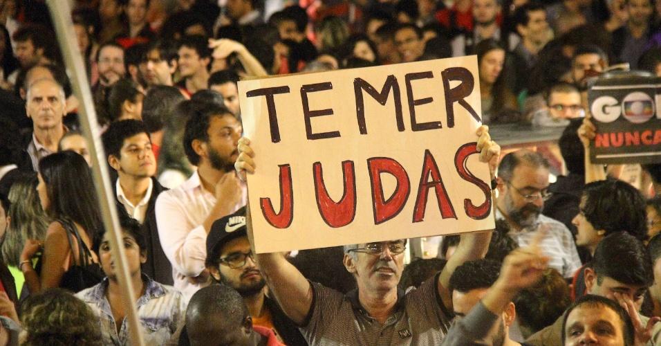 """13.mai.2016 - Manifestante exibe cartaz com a frase """"Temer Judas"""" em protesto em defesa da presidente afastada Dilma Rousseff e contra o presidente interino Michel Temer na Cinelândia, centro do Rio de Janeiro"""