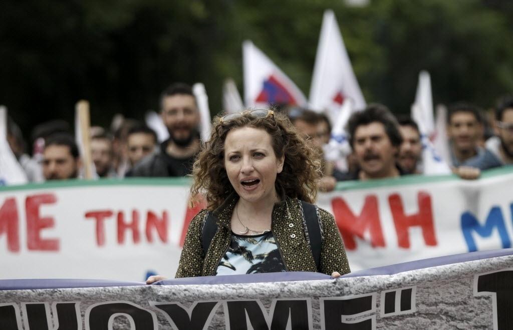 22.mai.2016 - Manifestante protesta contra novo pacote de reformas proposto pelo governo grego, que prevê aumento de impostos, em Atenas, neste domingo. O governo tenta aprovar as reformas para atender condições impostas pelos seus credores