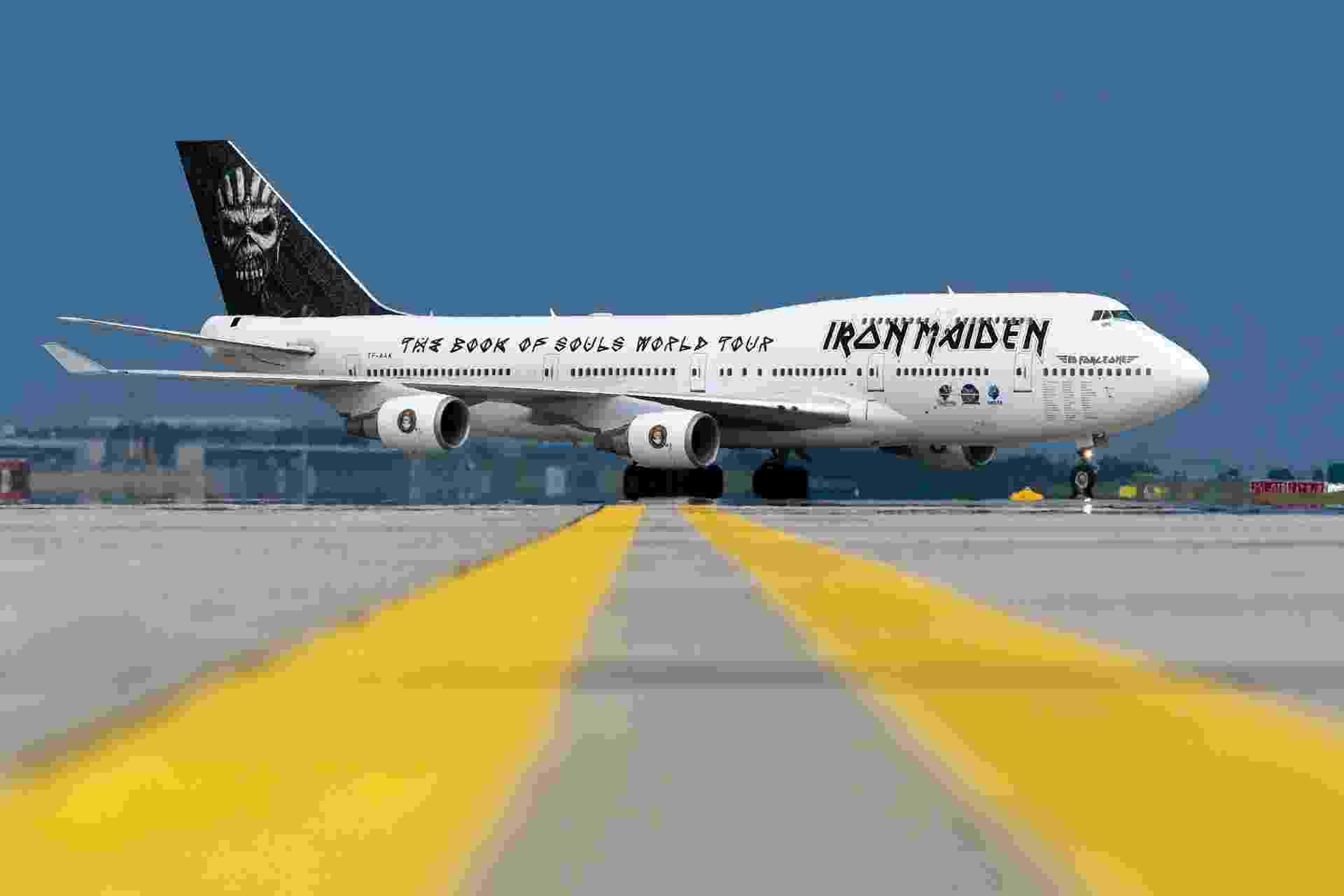 31.mai.2016 - O Boeing 747-400, da banda de heavy metal Iron Maiden, é um dos aviões expostos no International Aerospace Exhibition (ILA). O Ed Force One, como foi batizado, é pilotado pelo próprio vocalista do grupo, Bruce Dickinson, e leva os integrantes da banda, a tripulação e mais 12 toneladas de equipamentos. A nova turnê do grupo será apresentada em 35 países e o Ed Force One deverá percorrer 90.000 quilômetros. ILA é um evento na Alemanha que reúne os principais fabricantes de aeronaves do mundo e acontece de 1º a 4 de junho - Divulgação