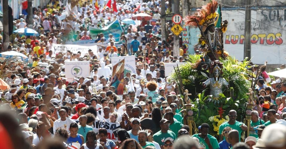 2.jul.2016 - Multidão acompanha a festa e o cortejo em comemoração ao 2 de Julho, data da Independência da Bahia, no percurso entre a Lapinha e a Praça Municipal, em Salvador