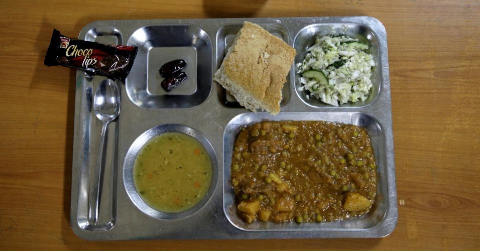 4.jul.2016 - Eles comem ensopados, pão e um tipo de salada durante a quebra de jejum do Ramadã