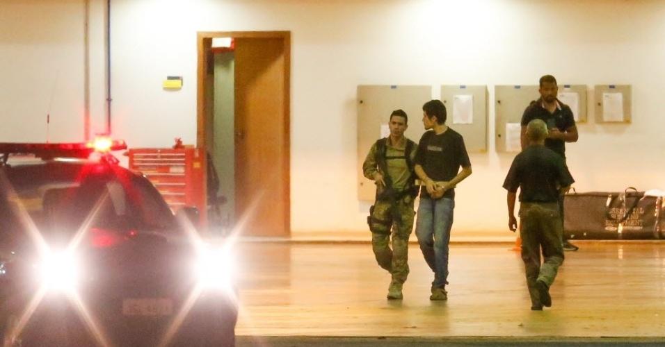 22.jul.2016 - Os 10 presos por supostamente planejar terrorismo na Olimpíada do Rio foram encaminhados para uma penitenciária de segurança máxima, em Campo Grande, Mato Grosso do Sul. Outras duas pessoas com mandados de prisão expedidos não foram localizadas pela polícia