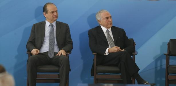 O ministro da Saúde, Ricardo Barros, ao lado do presidente Michel Temer