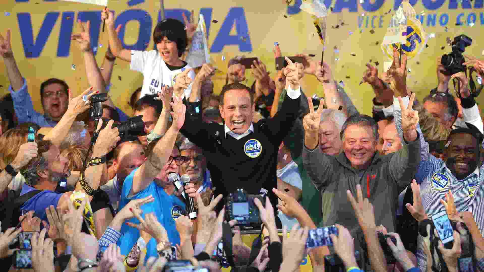 O candidato do PSDB à Prefeitura de São Paulo, João Doria, comemora a vitória no primeiro turno das eleições, no Diretório Estadual do partido, em Moema (SP) - Daniel Teixeira/Estadão Conteúdo
