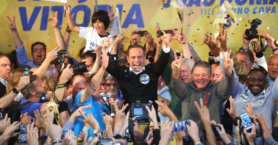 O candidato do PSDB à Prefeitura de São Paulo, João Doria, comemora a vitória no primeiro turno das eleições, no Diretório Estadual do partido, em Moema (SP)