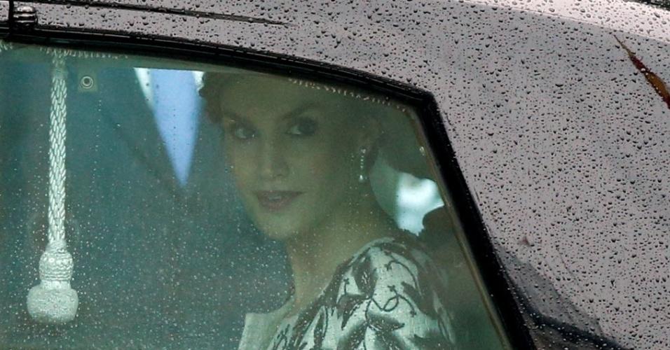 13.out.2016 - A rainha Letizia olha pela janela do carro após participar de evento em Madri, na Espanha