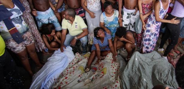 20.nov.2016 - Corpos encontrados na comunidade Cidade de Deus, no Rio de Janeiro