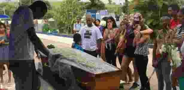 Enterrro de jovens mortos na Cidade de Deus - BBC Brasil - BBC Brasil