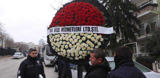 Embaixada da Rússia em Ancara recebe coroa de flores em homenagem ao embaixador morto