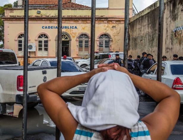 Mulher aguarda notícia de parente preso, do lado de fora da Cadeia Pública Raimundo Vidal Pessoa, para onde foram transferidos detentos do Compaj, em Manaus