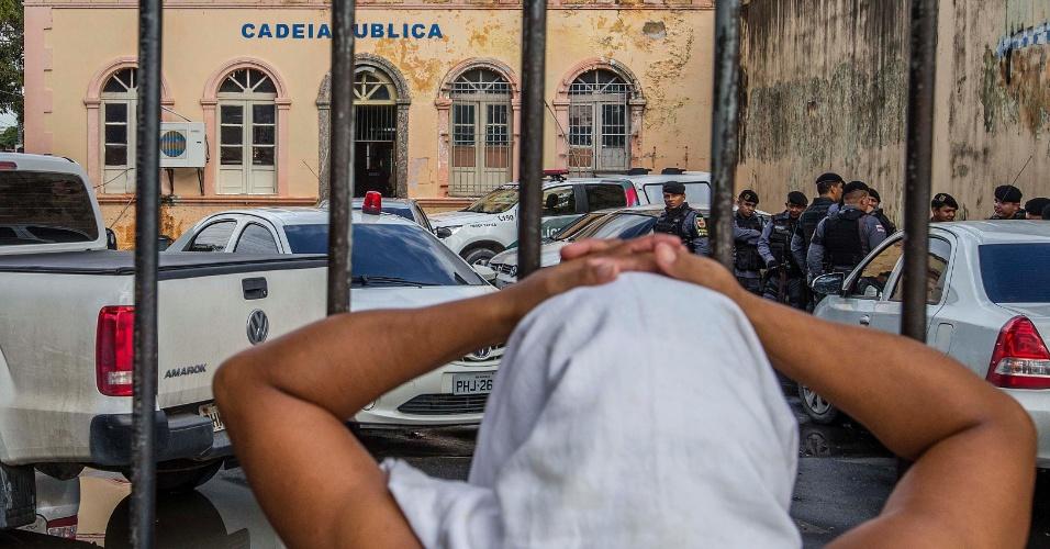 4.jan.2017 - Mulher aguarda notícia de familiar preso do lado de foca da Cadeia Pública Raimundo Vidal Pessoa, para onde foram transferidos detentos do Companj, em Manaus