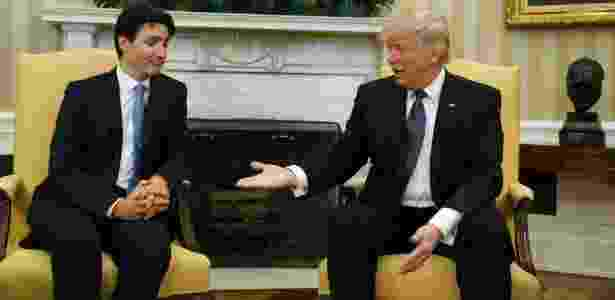 13.fev.2017 - O premiê canadense, Justin Trudeau, olha para a mão do presidente dos EUA, Donald Trump, no Salão Oval da Casa Branca - Kevin Lamarque/Reuters - Kevin Lamarque/Reuters