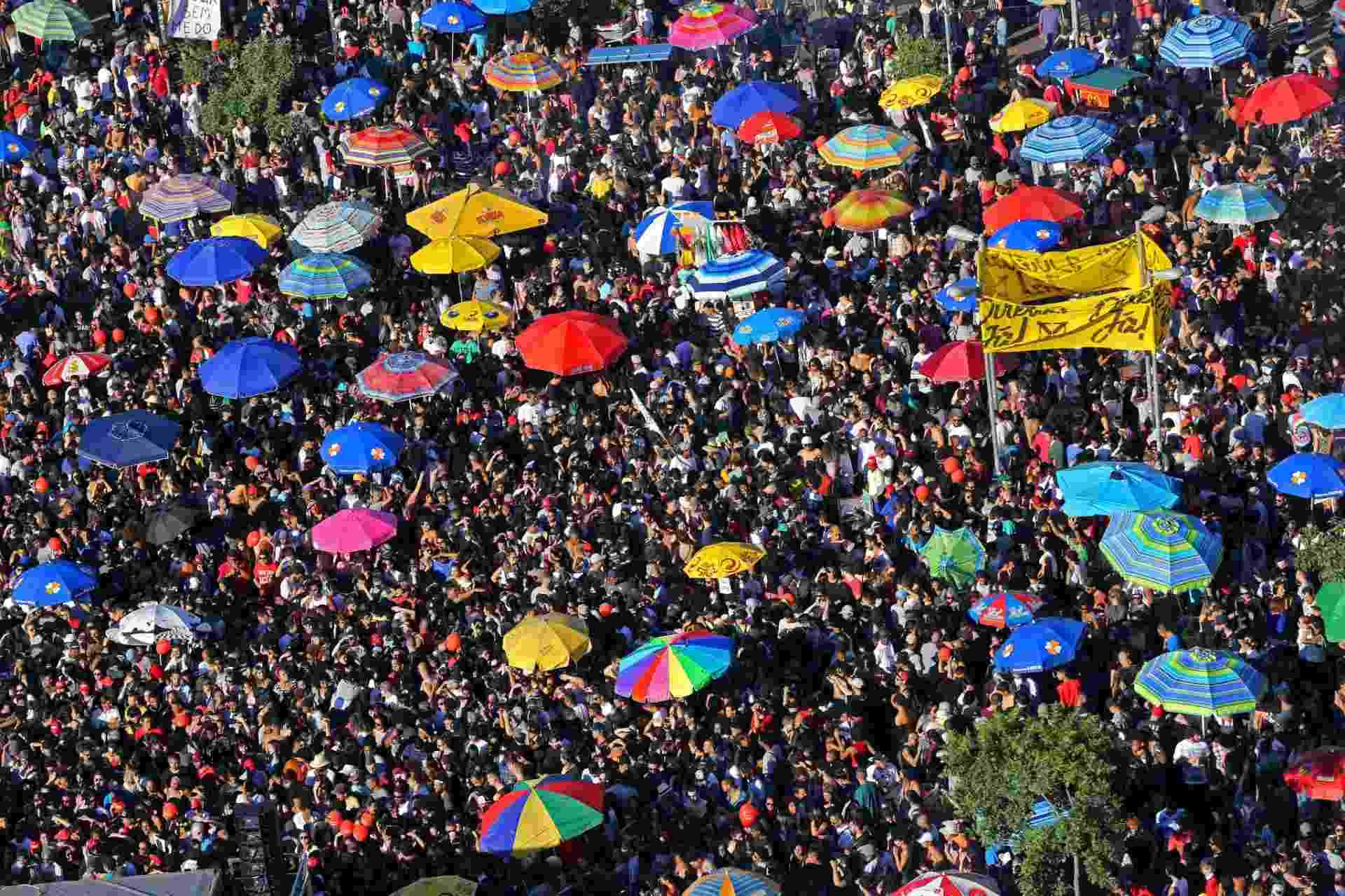 4.jun.2017 - Imagem aérea do largo da Batata mostra aglomeração de pessoas durante protesto contra o governo Temer neste domingo. O ato tem a presença de vários artistas e de um trio elétrico - Juca Varella/Folhapress,