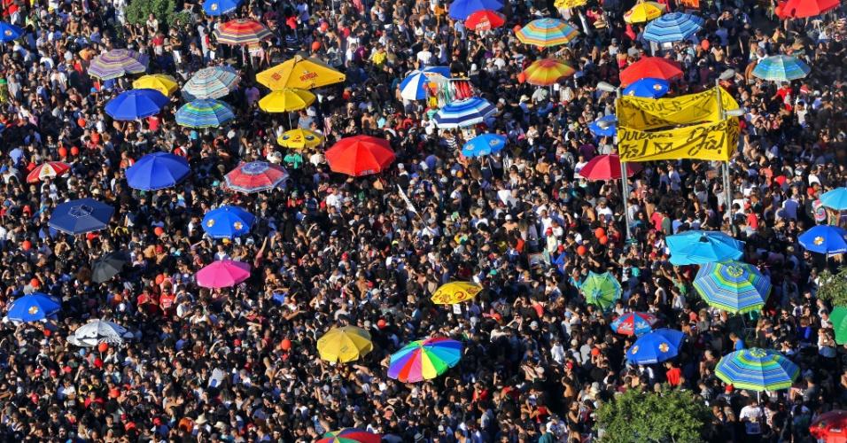 4.jun.2017 - Imagem aérea do largo da Batata mostra aglomeração de pessoas durante protesto contra o governo Temer neste domingo. O ato tem a presença de vários artistas e de um trio elétrico