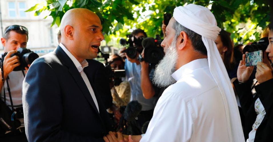 19.jun.2017 - O secretário de Estado para Comunicades e Governo Local, Sajid Javid, fala com morador da área de Finsbury Park, em visita ao local do atropelamento ocorrido na madrugada