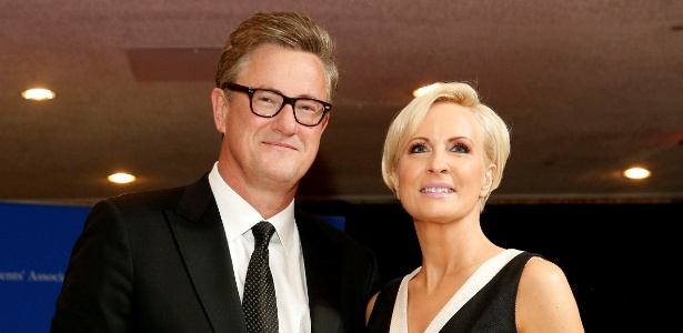 29.jun.2017 - Mika Brzezinski (dir) e Joe Scarborough, âncoras da MSNBC
