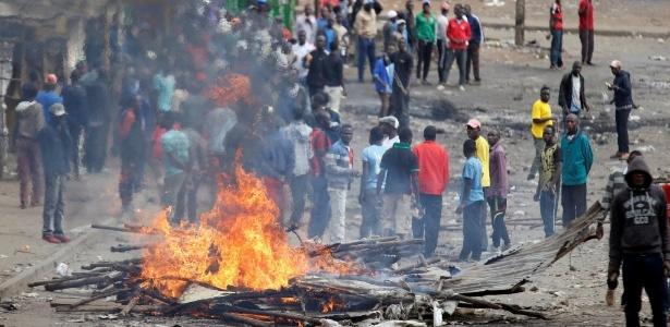 12.ago.2017 - Manifestantes ateiam fogo em uma barricada durante confronto com a polícia em Nairóbi, no Quênia