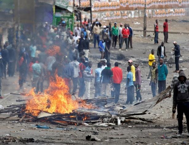 Manifestantes ateiam fogo em uma barricada, em Nairobi, durante protesto contra as eleições no Quênia