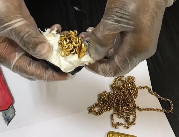 25.set.2017 - Funcionário da alfândega de aeroporto do Sri Lanka mostra o ouro encontrado dentro do reto de passageiro - AFP