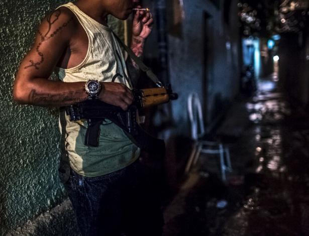 Traficante armado fica de vigia em rua de favela no Rio de Janeiro