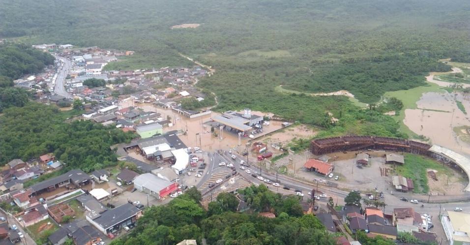 11.jan.2017 - Imagem aérea mostra ruas alagadas em Florianópolis
