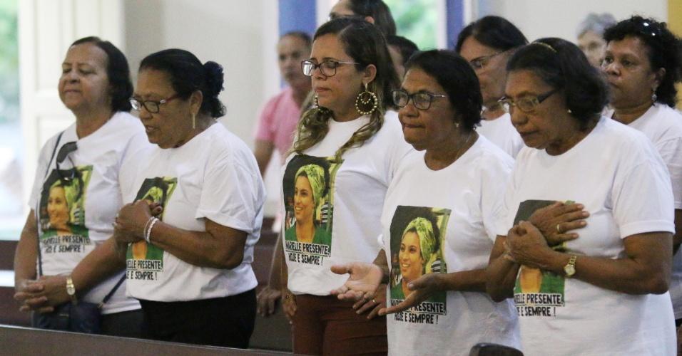 20.mar.2018 - Amigos e familiares participam da missa de sétimo dia de morte de Marielle Franco, em João Pessoa (PB). A vereadora e seu motorista Anderson Gomes foram assassinados a tiros na noite da última quarta-feira (14), no Rio de Janeiro (RJ)