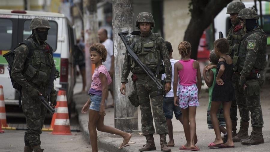 Documentos mostram que os chefes das Forças Armadas alegaram risco de militares serem presos por eventuais abusos cometidos durante operações de GLOs. - AFP