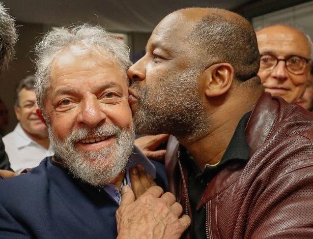 6.abr.2018 - Ator Ailton Graça visitou o ex-presidente Lula durante a madrugada desta sexta-feira no Sindicato dos Metalúrgicos do ABC