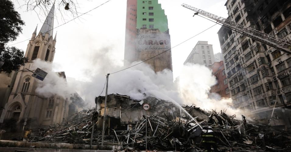 Escombros do prédio de 24 andares que pegou fogo e desabou na região do Largo do Paissandu, no centro de São Paulo. O local era uma ocupação irregular, e moradores afirmam que o fogo começou por volta da 1h30 no 5º andar. Bombeiros trabalham no local em busca de vítimas