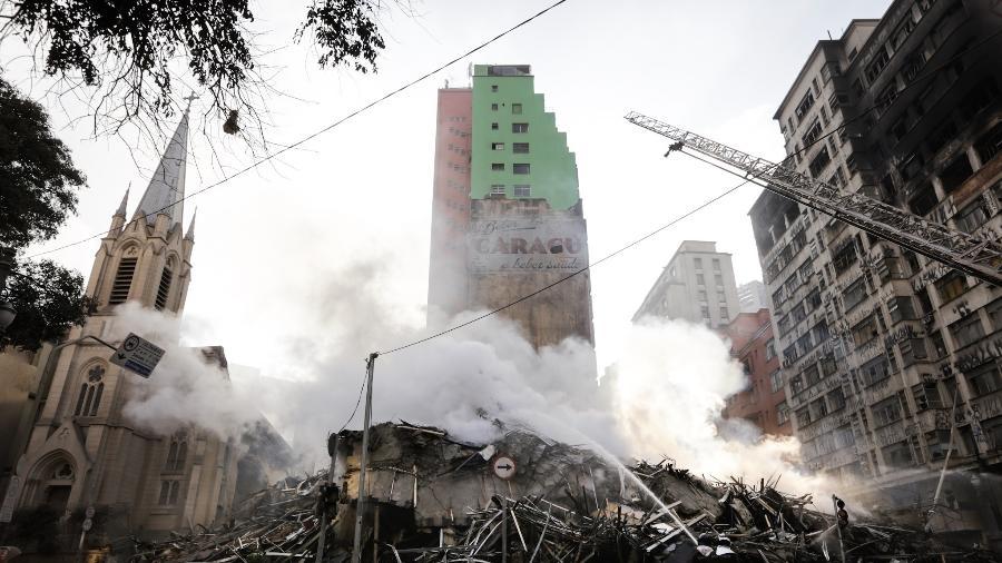 Escombros do prédio de 24 andares que pegou fogo e desabou na região do Largo do Paissandu, no centro de São Paulo - Marcelo Justo - 1º.mai.2018 /UOL