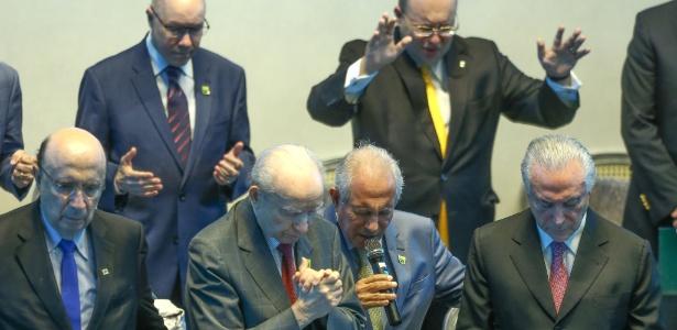 Líderes evangélicos fazem oração para o presidente Temer durante convenção das Assembleias de Deus
