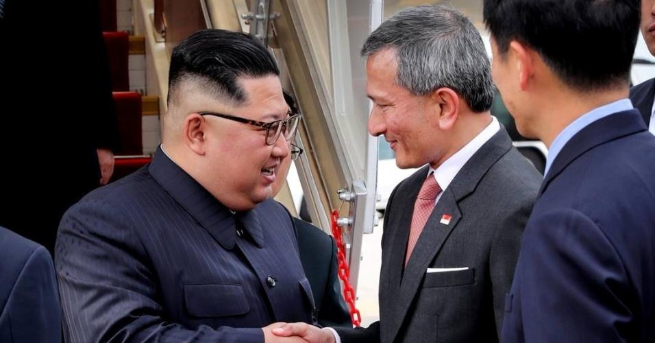10.jun.2018 - Kim Jong-un cumprimenta o ministro das relações exteriores de Singapura, Vivian Balakrishnan