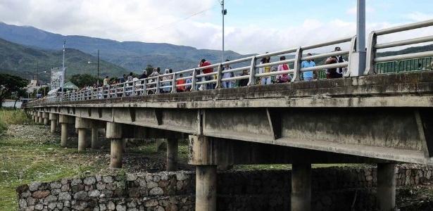 O tráfego na ponte da fronteira entre Colômbia e Venezuela é quase totalmente numa única direção. São raros os colombianos que atravessam para o outro lado