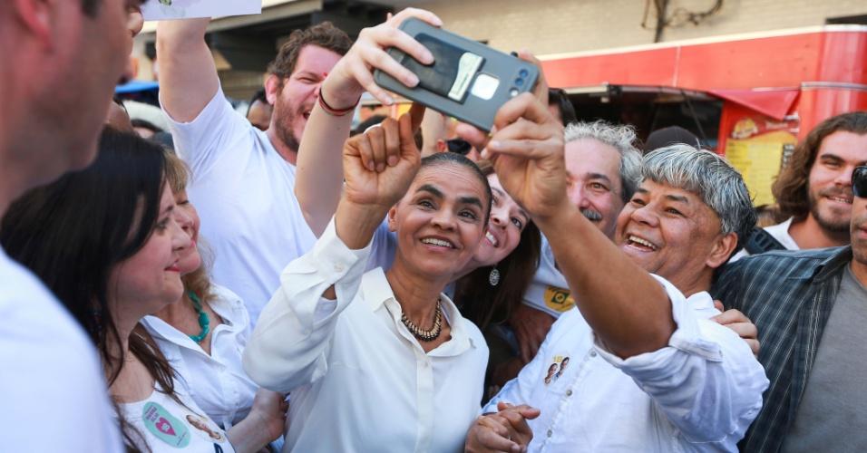 8.set.2018 - Marina Silva (Rede) posa para selfie durante caminha na Rua 25 de Março, em São Paulo