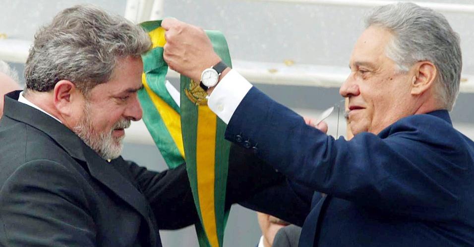 01.jan.2003 - O presidente eleito Luis Inacio Lula da Silva (PT) recebe a faixa do ex-presidente Fernando Henrique Cardoso, durante cerimônia de posse, no parlatório do Palácio do Planalto, em Brasília (DF)
