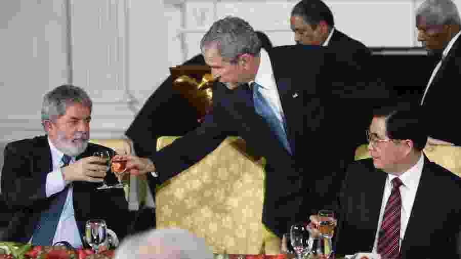 14.nov.2008 - Lula e George W. Bush, na época presidentes do Brasil e Estados Unidos, durante a primeira cúpula do G20; à direita, o então presidente da China Hu Jintao - REUTERS/Jim Young
