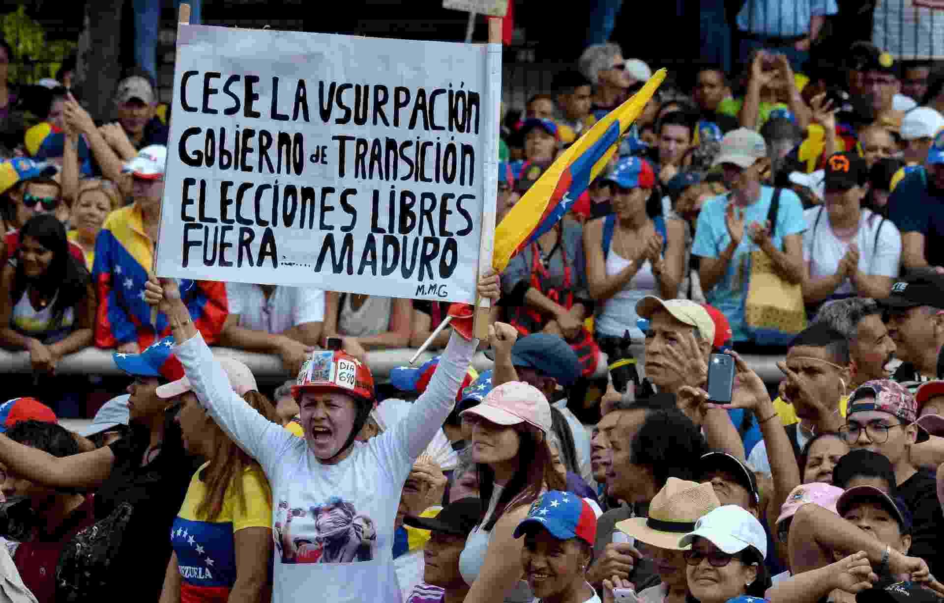 23.jan.2019 - Os partidários da oposição venezuelana saem às ruas para protestar contra o governo do presidente Nicolas Maduro, no aniversário de 1958 que derrubou a ditadura militar em Caracas em 23 de janeiro de 2019 - Federico PARRA / AFP