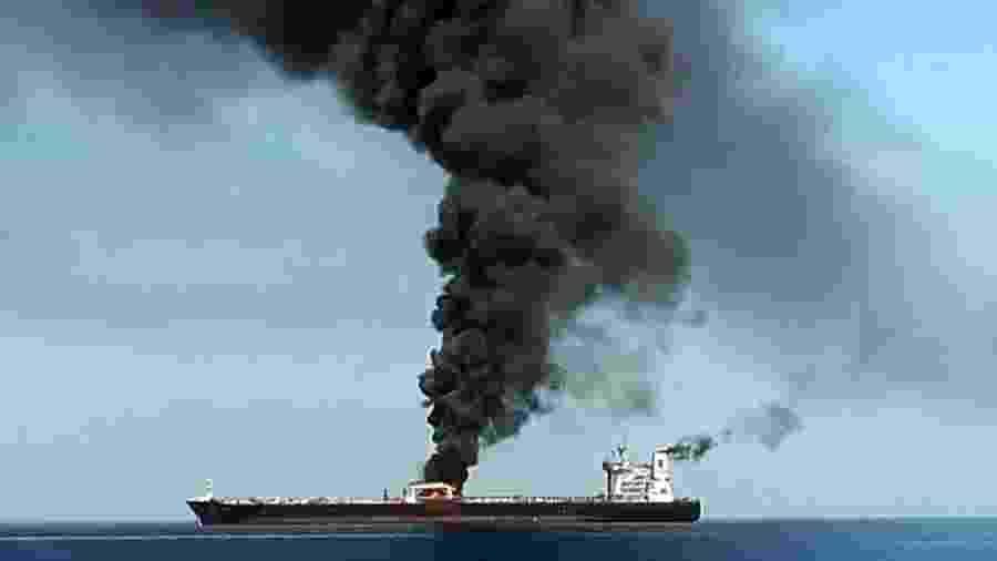 13.jun.2019 - Fumaça teria sido vista saindo do petroleiro que supostamente foi atacado no golfo de Omã - HO/IRIB TV/AFP