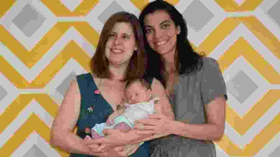 Letícia Novak e Natalia Loureiro Parahyba com o filho, Antonio - BBC